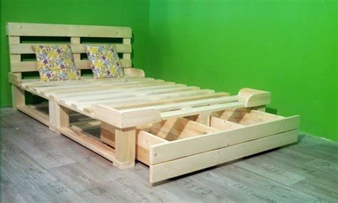 Una cama de palets con cajón de almacenaje para toda la ...