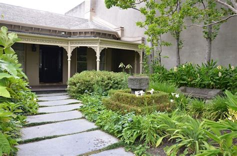 Una casa con dos jardines de estilos diferentes   Estilos Deco