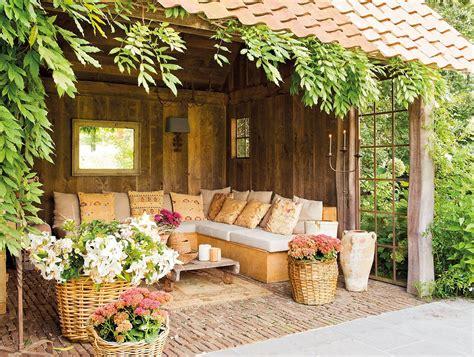 Una casa de campo muy acogedora con un jardín y un porche ...