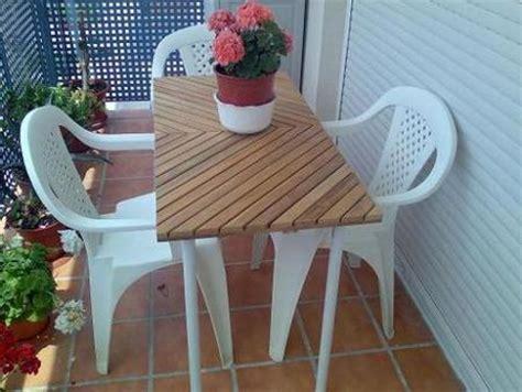 Una mesa para terrazas estrechas