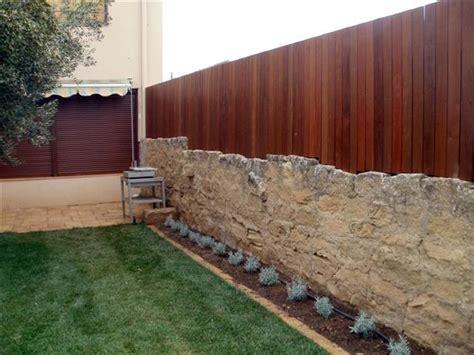 Vallado o cerramiento de pequeño jardin con madera ...